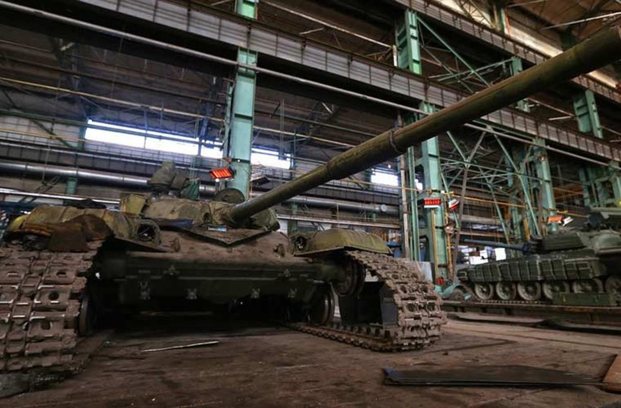 Xe tang T-64, T-72 cu nat trong xuong sua chua vu khi Quan doi Ukraine