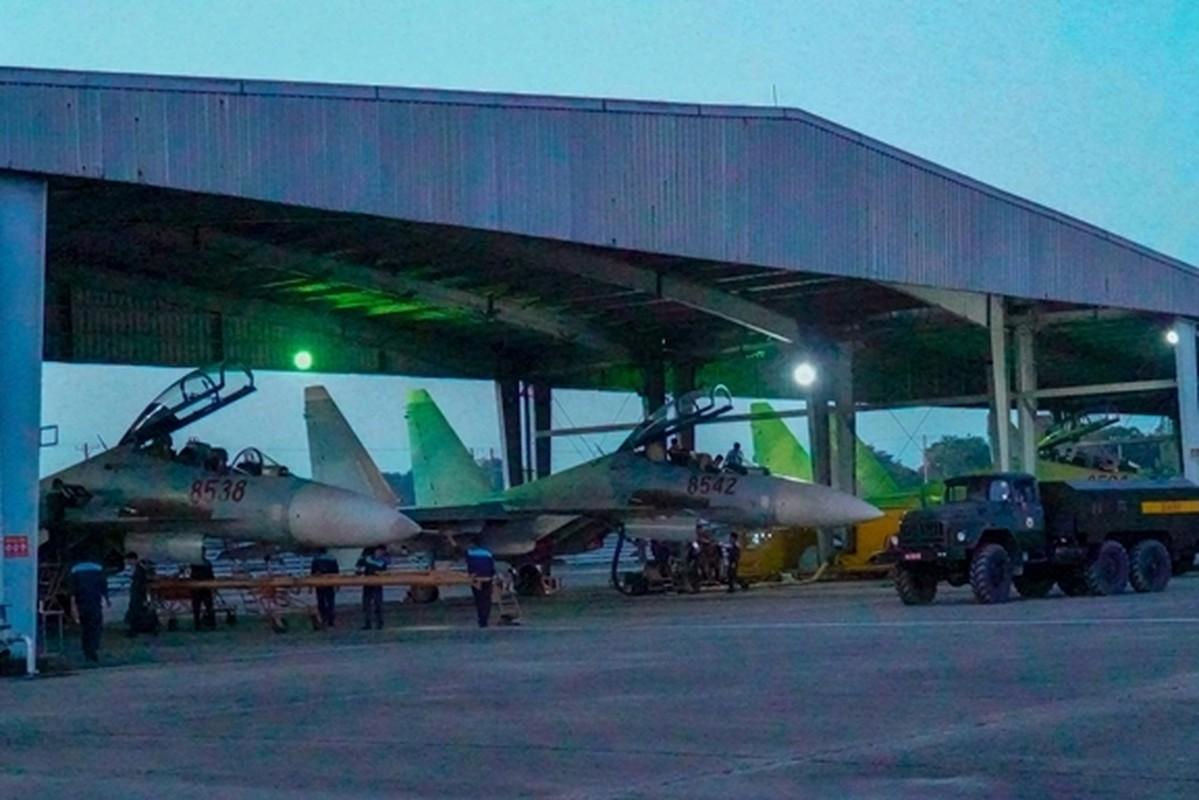 Tiem kich Su-30MK2 Viet Nam xe gio luyen don tren khong