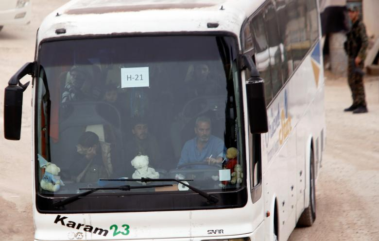 Can canh doan xe cho phien quan Syria rut chay khoi Dong Ghouta-Hinh-10