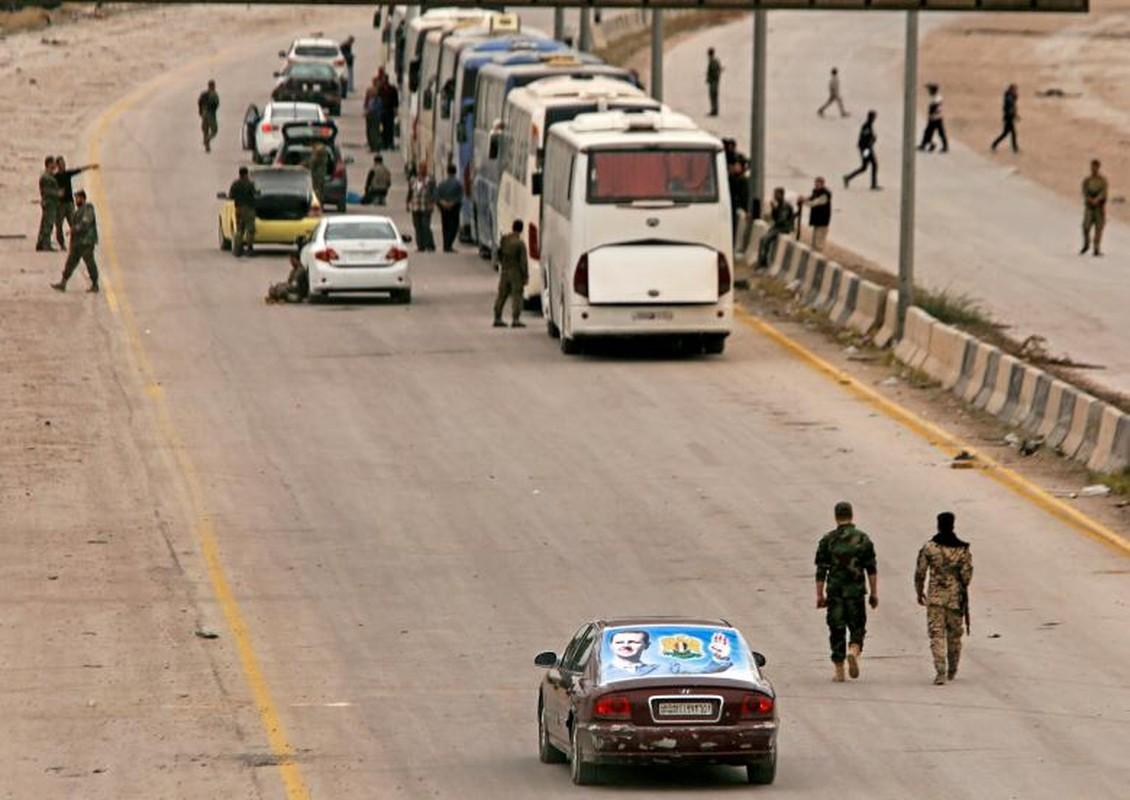 Can canh doan xe cho phien quan Syria rut chay khoi Dong Ghouta-Hinh-11