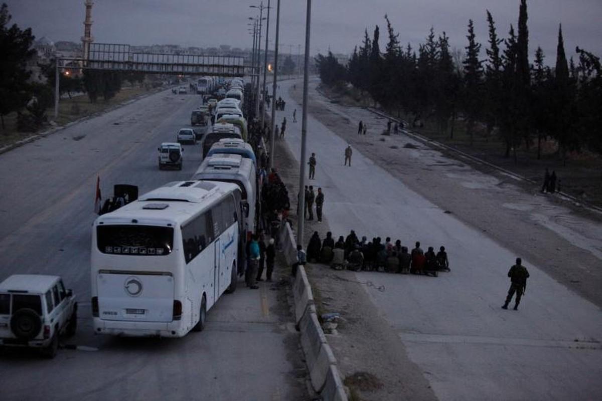 Can canh doan xe cho phien quan Syria rut chay khoi Dong Ghouta-Hinh-5
