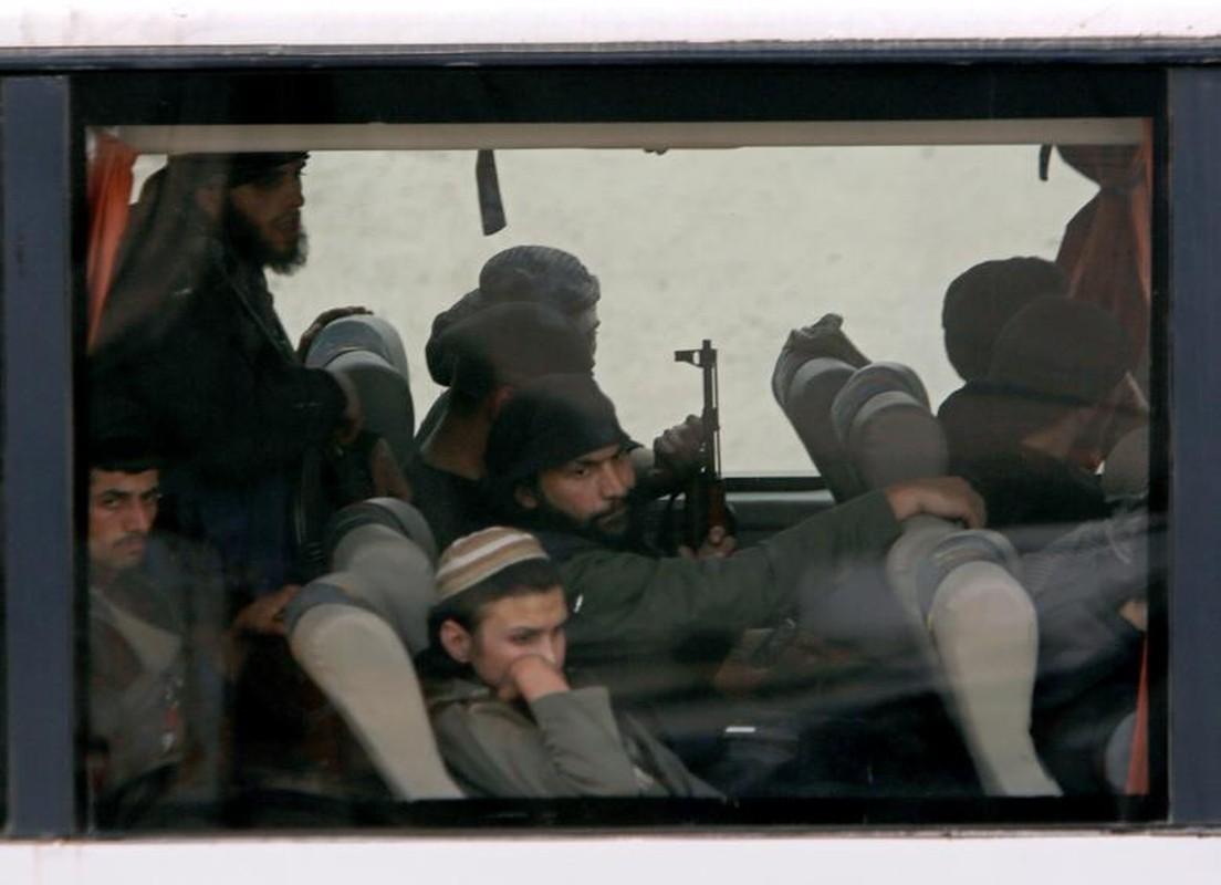 Can canh doan xe cho phien quan Syria rut chay khoi Dong Ghouta-Hinh-6