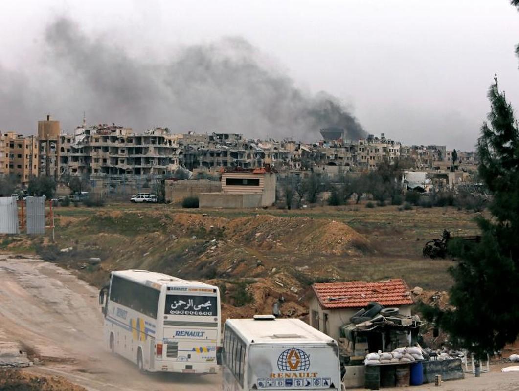 Can canh doan xe cho phien quan Syria rut chay khoi Dong Ghouta