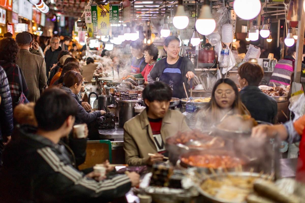 No cang bung khi ghe tham khu cho Gwangjang noi tieng o Han Quoc