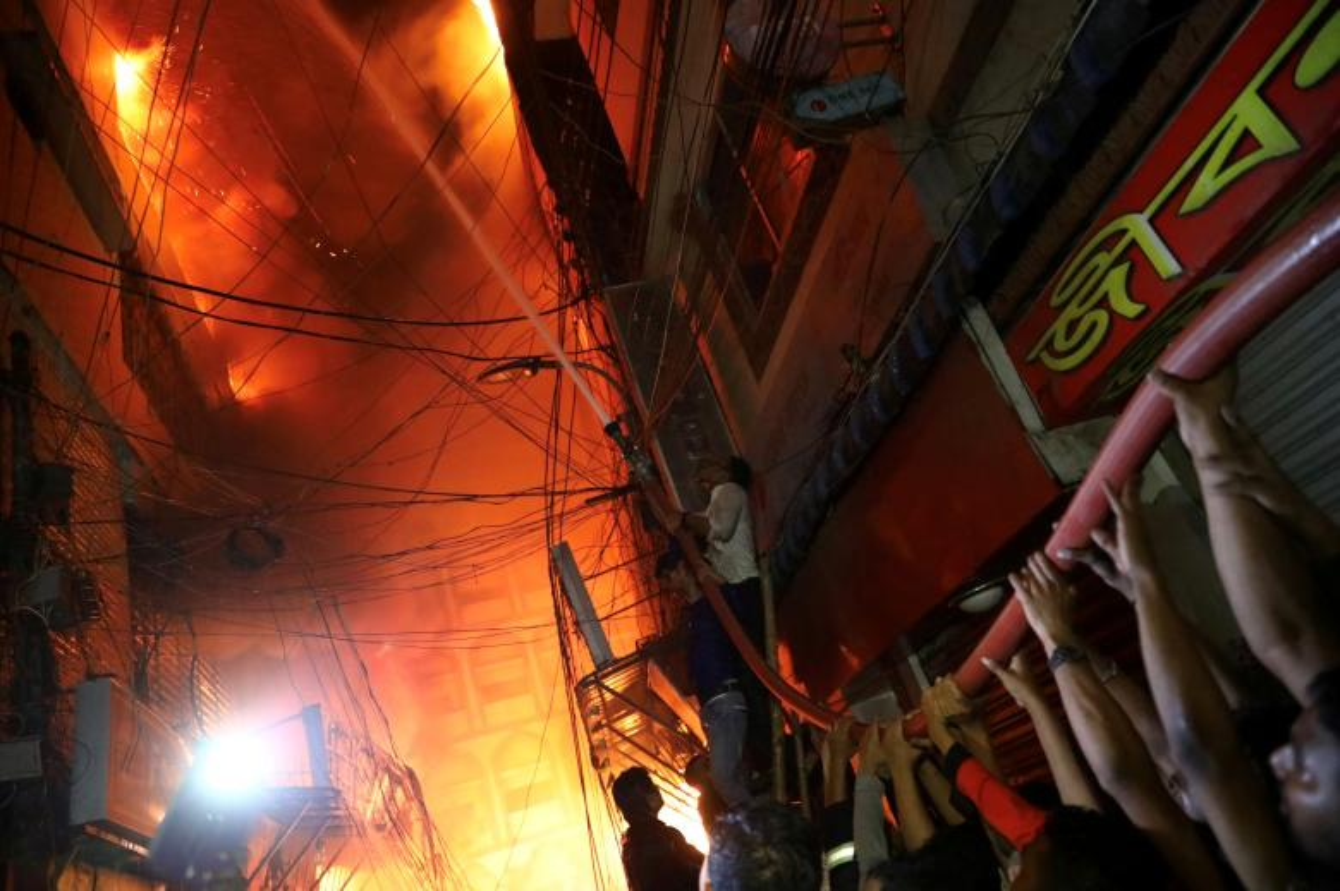 Hai hung bien lua bao trum khu pho co Bangladesh