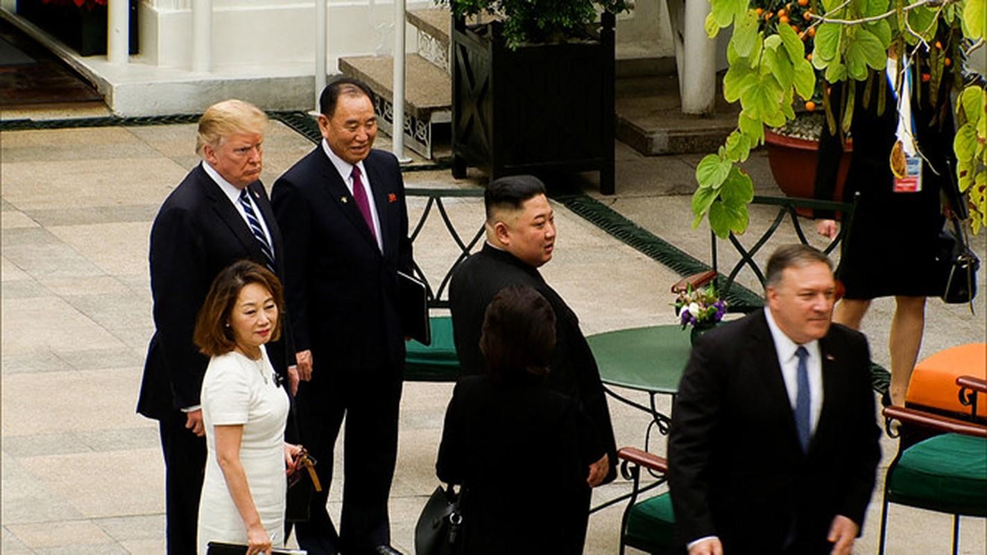 Hinh anh Tong thong Trump, Chu tich Kim di dao trong vuon Metropole-Hinh-7