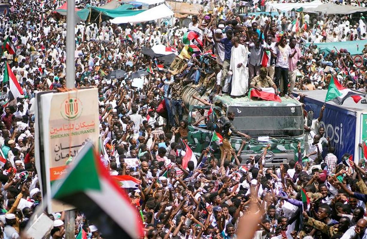 """Tong thong Bashir bi """"lat do"""", vi sao dan Sudan van bieu tinh?-Hinh-11"""