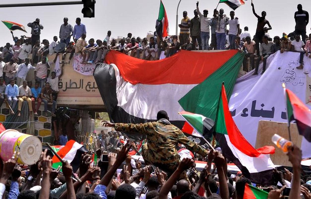 """Tong thong Bashir bi """"lat do"""", vi sao dan Sudan van bieu tinh?-Hinh-13"""