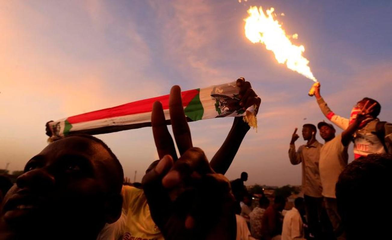 """Tong thong Bashir bi """"lat do"""", vi sao dan Sudan van bieu tinh?-Hinh-4"""