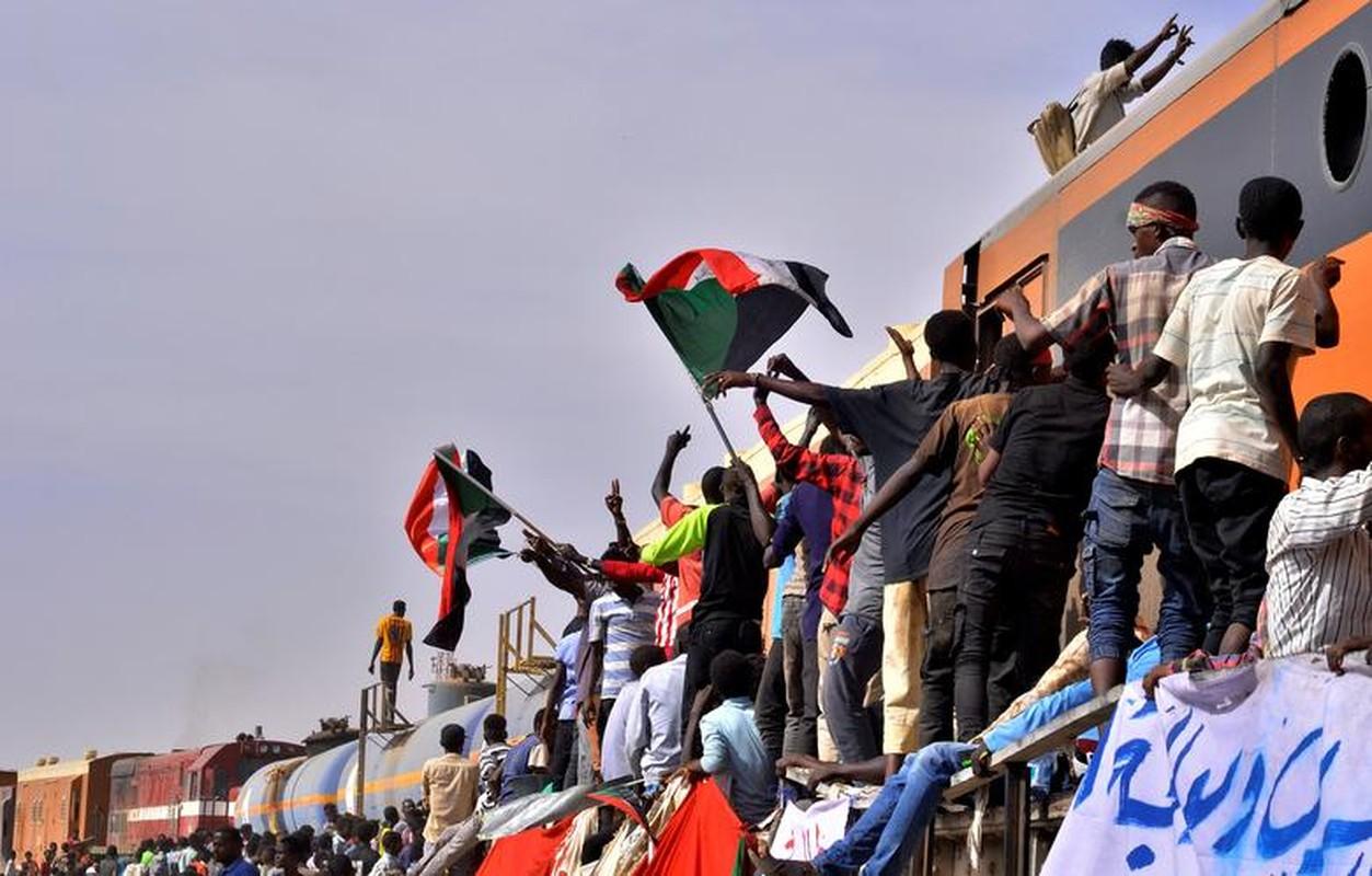 """Tong thong Bashir bi """"lat do"""", vi sao dan Sudan van bieu tinh?-Hinh-6"""