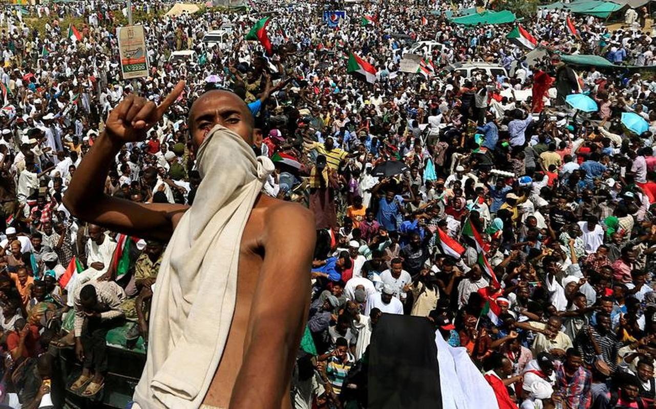 """Tong thong Bashir bi """"lat do"""", vi sao dan Sudan van bieu tinh?"""