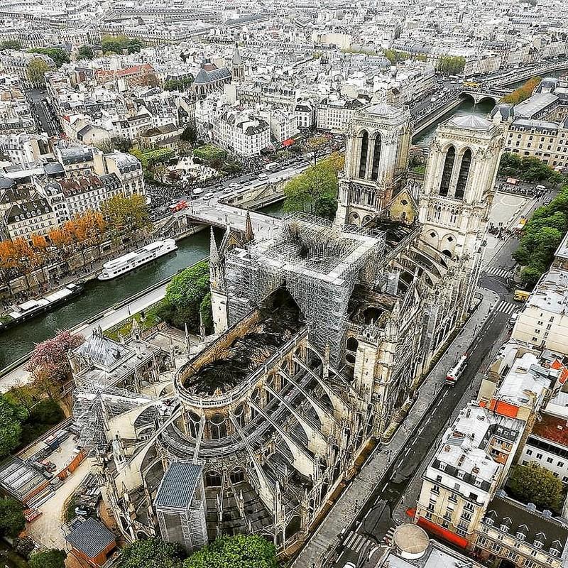 Tan hoang ben trong Nha tho Duc Ba Paris sau vu chay kinh hoang