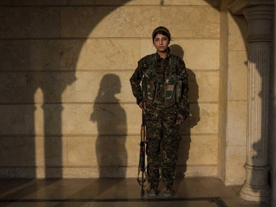 """Ngam trom"" ve dep cac nu binh nguoi Kurd tren chien truong-Hinh-11"