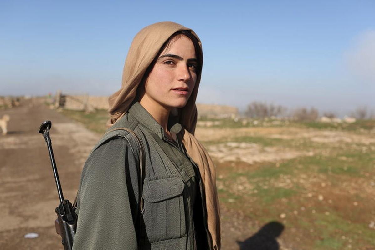 """Ngam trom"" ve dep cac nu binh nguoi Kurd tren chien truong-Hinh-12"