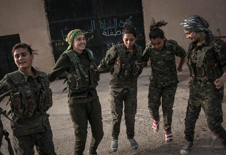 """Ngam trom"" ve dep cac nu binh nguoi Kurd tren chien truong-Hinh-13"