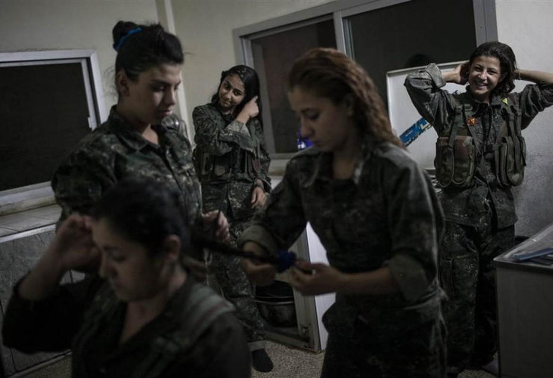 """Ngam trom"" ve dep cac nu binh nguoi Kurd tren chien truong-Hinh-14"