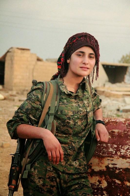 """Ngam trom"" ve dep cac nu binh nguoi Kurd tren chien truong-Hinh-2"