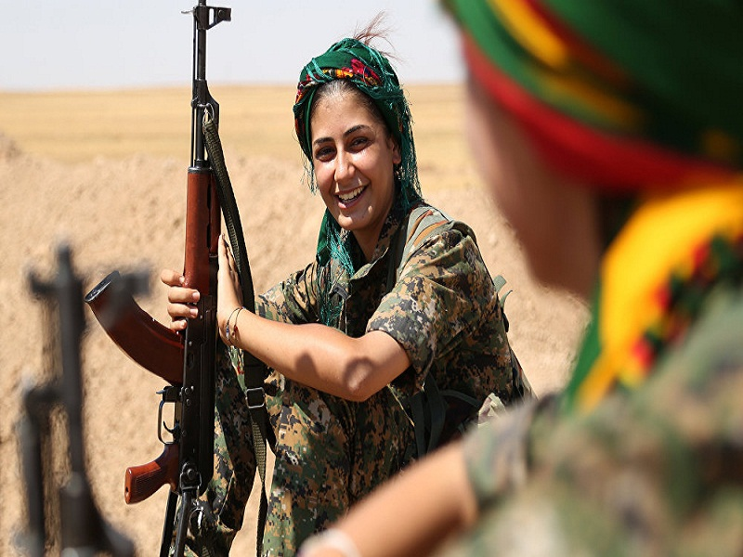 """Ngam trom"" ve dep cac nu binh nguoi Kurd tren chien truong-Hinh-3"