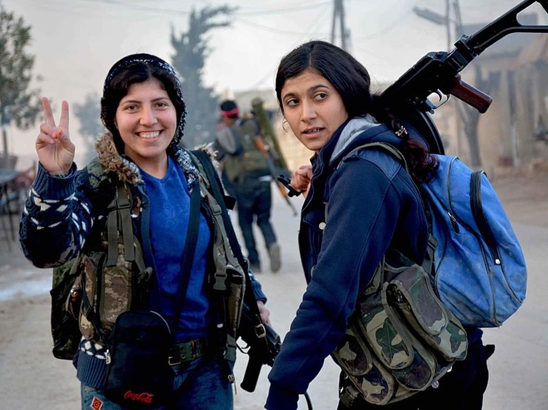 """Ngam trom"" ve dep cac nu binh nguoi Kurd tren chien truong-Hinh-5"