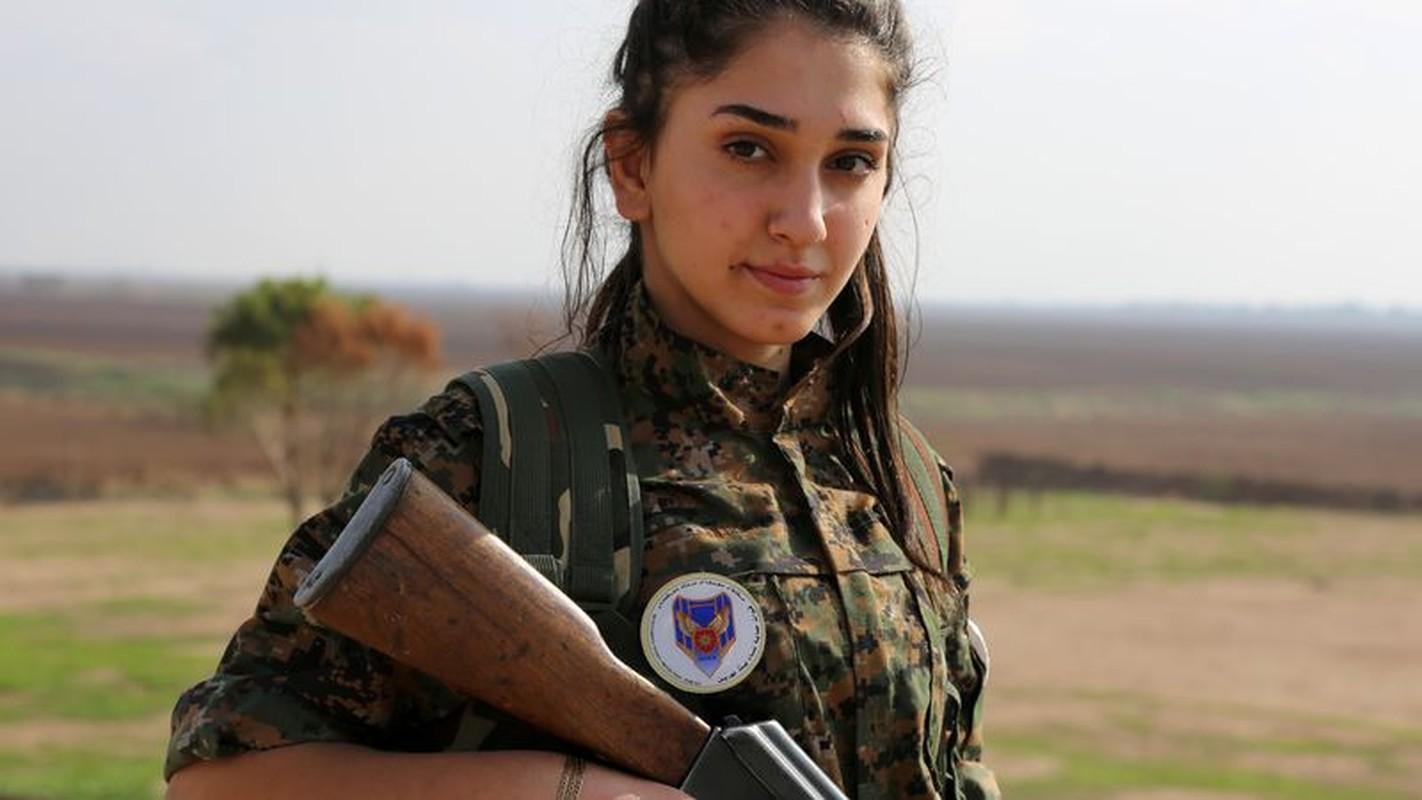 """Ngam trom"" ve dep cac nu binh nguoi Kurd tren chien truong-Hinh-6"