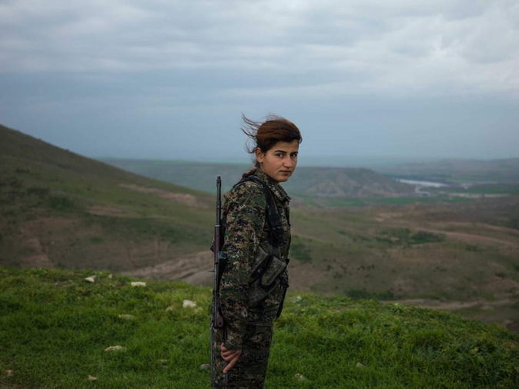 """Ngam trom"" ve dep cac nu binh nguoi Kurd tren chien truong-Hinh-7"