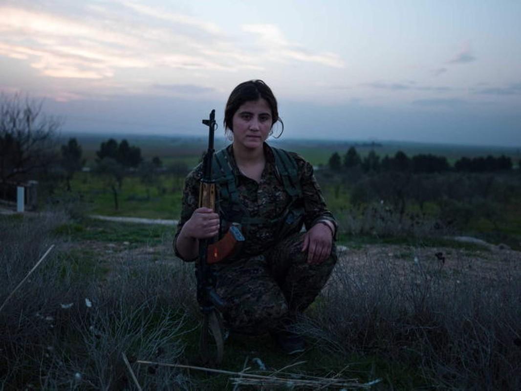 """Ngam trom"" ve dep cac nu binh nguoi Kurd tren chien truong-Hinh-8"