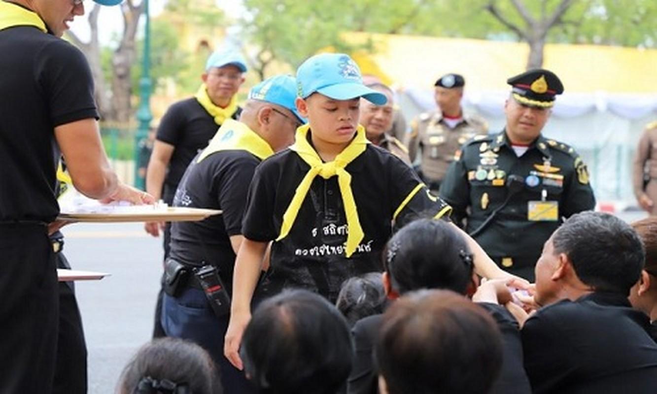 Cuoc song Hoang tu Thai Lan 14 tuoi khien ai cung ngo ngang-Hinh-3