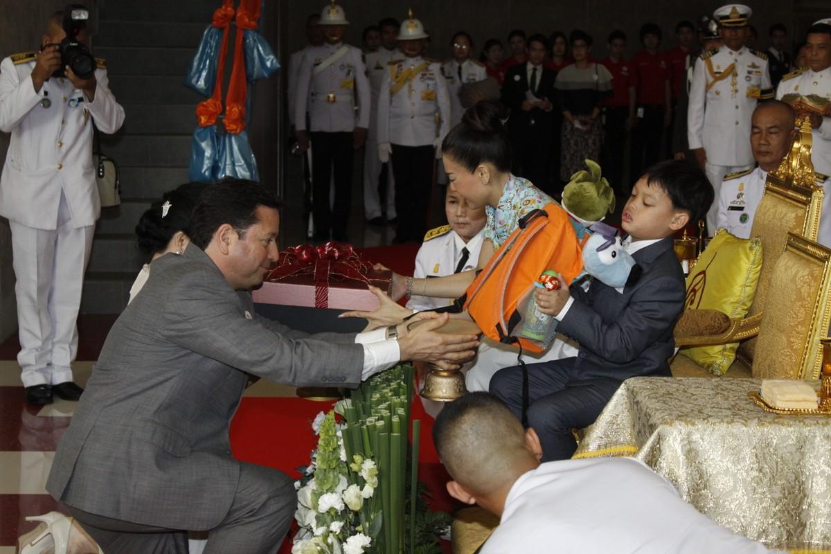 Cuoc song Hoang tu Thai Lan 14 tuoi khien ai cung ngo ngang-Hinh-4