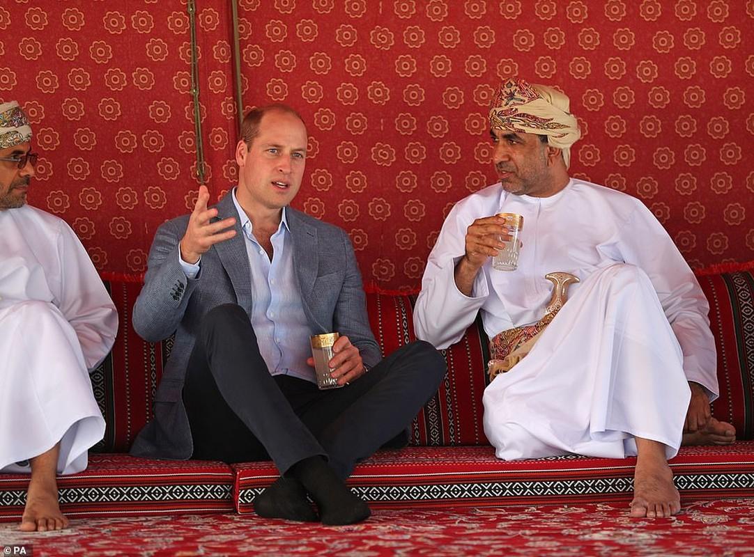 Hoang tu William dan da, ngoi uong nuoc tan gau cung ngu dan Oman-Hinh-3