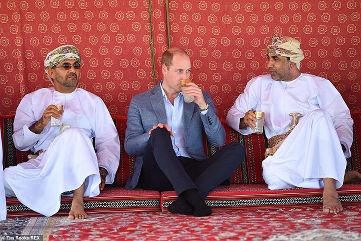 Hoang tu William dan da, ngoi uong nuoc tan gau cung ngu dan Oman