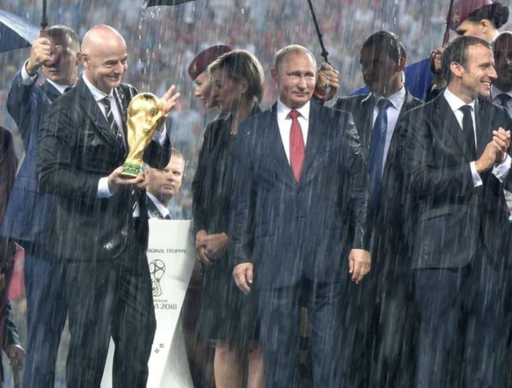Hinh anh Tong thong Nga Putin o Paris gay ngac nhien-Hinh-11