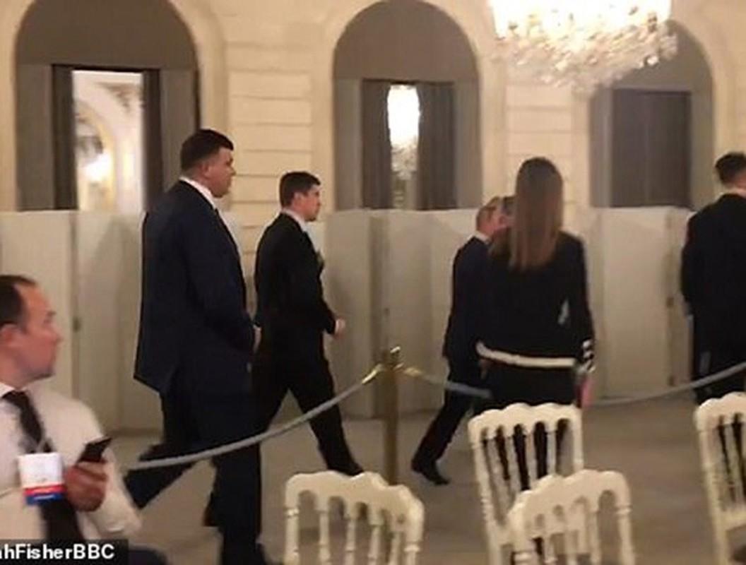 Hinh anh Tong thong Nga Putin o Paris gay ngac nhien