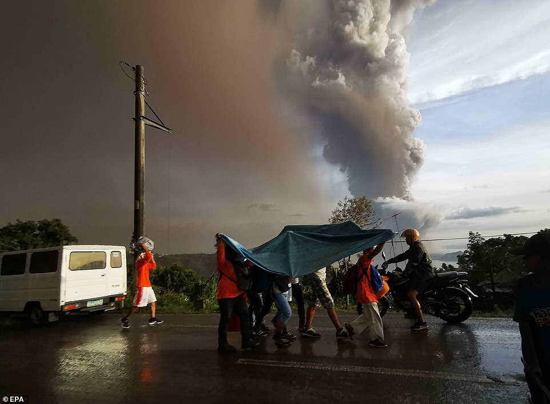 "Hai hung canh nui lua ""thuc giac"" o Philippines, 6.000 nguoi voi so tan-Hinh-3"