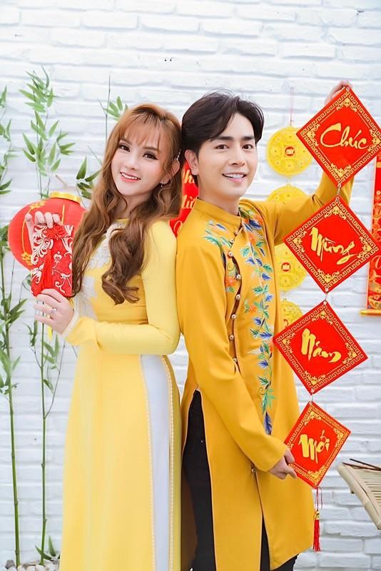 Thu Thuy va chong tre kem 10 tuoi dien ao dai ruc ro don Tet o Da Lat-Hinh-10