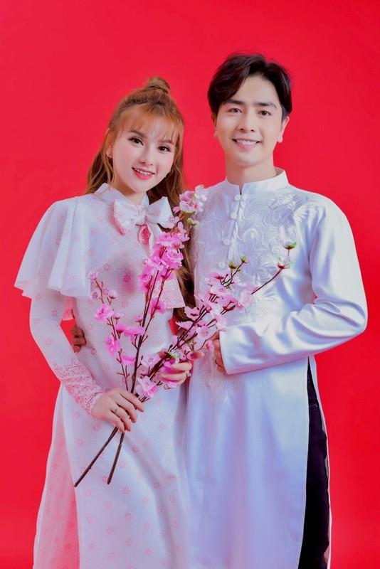 Thu Thuy va chong tre kem 10 tuoi dien ao dai ruc ro don Tet o Da Lat-Hinh-11