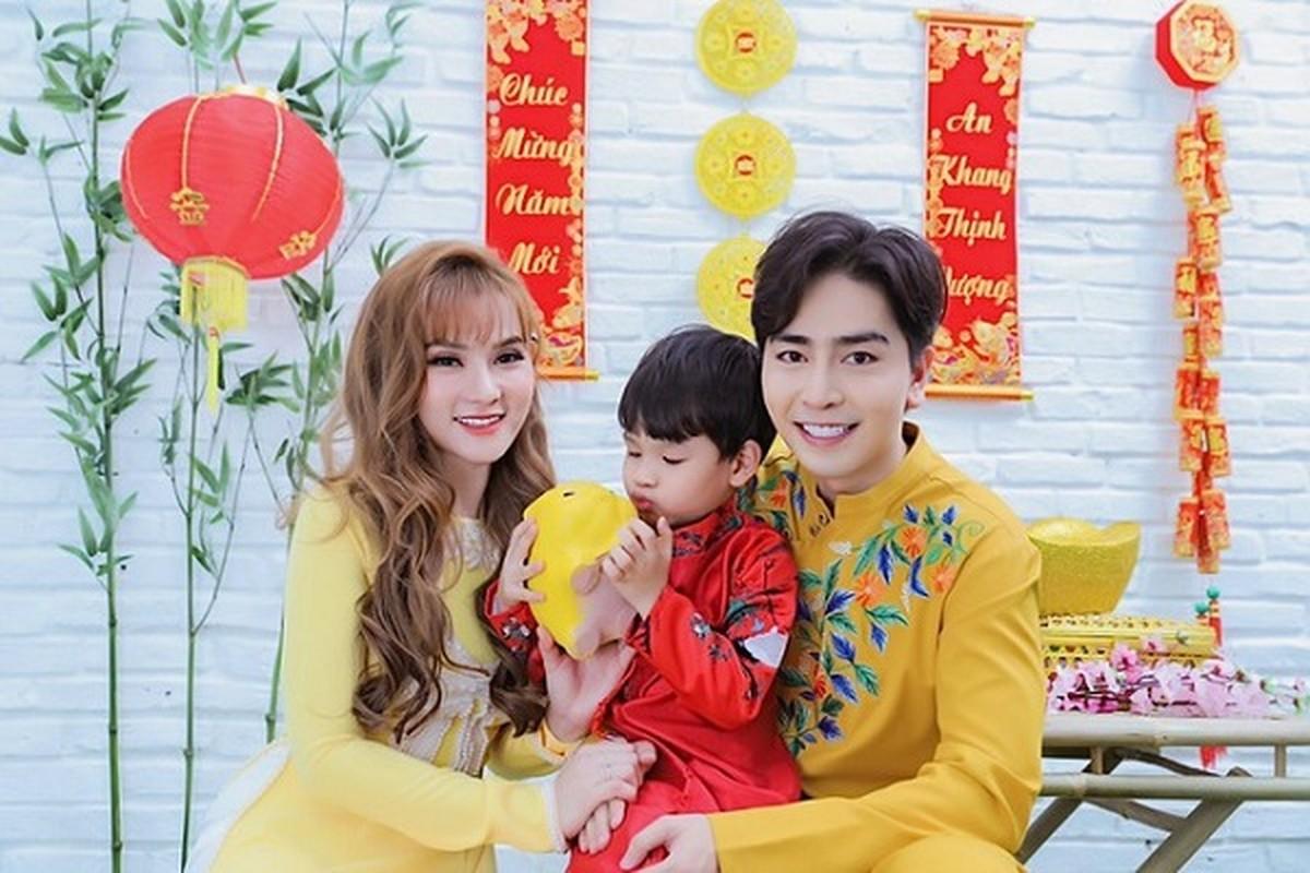 Thu Thuy va chong tre kem 10 tuoi dien ao dai ruc ro don Tet o Da Lat-Hinh-2