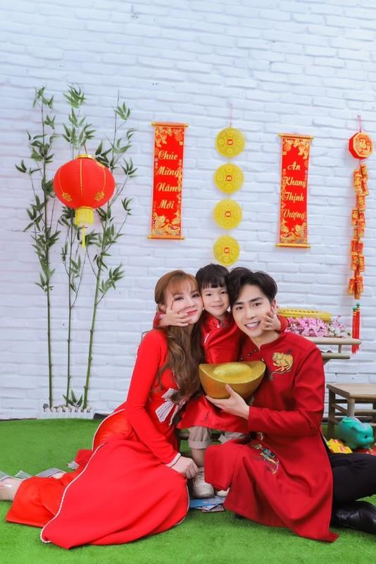 Thu Thuy va chong tre kem 10 tuoi dien ao dai ruc ro don Tet o Da Lat-Hinh-5