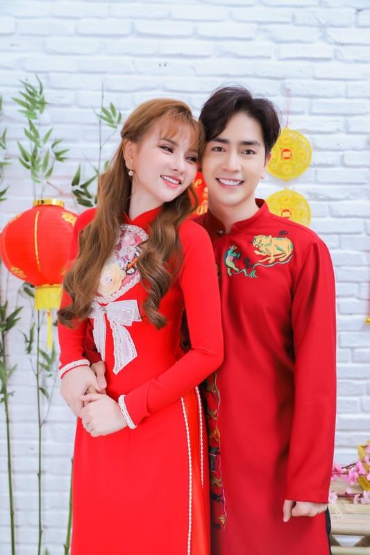 Thu Thuy va chong tre kem 10 tuoi dien ao dai ruc ro don Tet o Da Lat-Hinh-6