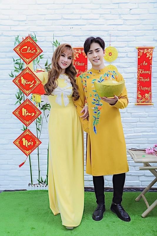 Thu Thuy va chong tre kem 10 tuoi dien ao dai ruc ro don Tet o Da Lat