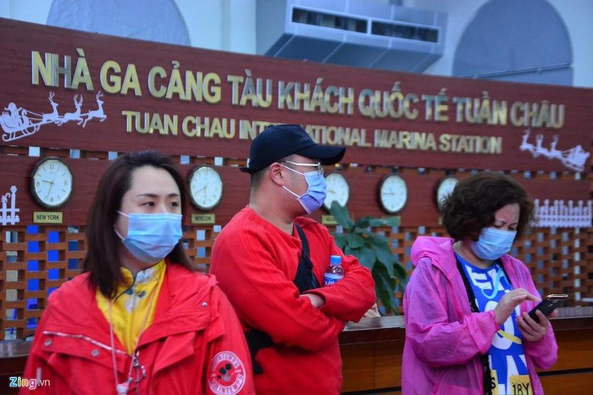 Du khach deo khau trang khi den tham quan vinh Ha Long-Hinh-10