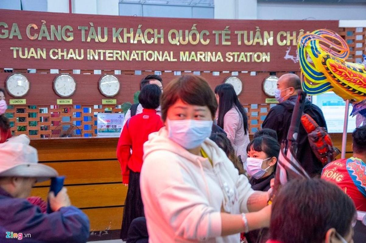 Du khach deo khau trang khi den tham quan vinh Ha Long-Hinh-11