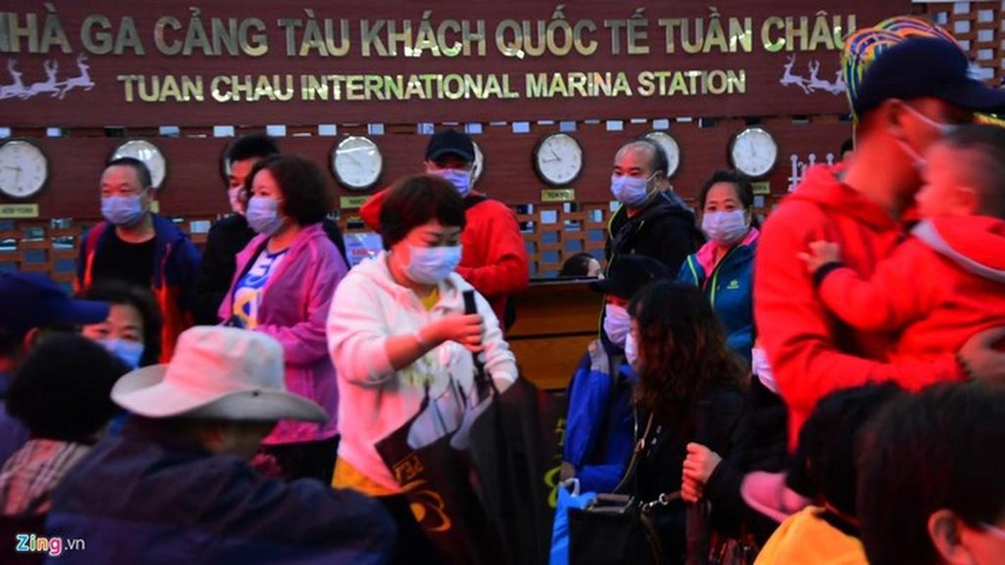 Du khach deo khau trang khi den tham quan vinh Ha Long-Hinh-12