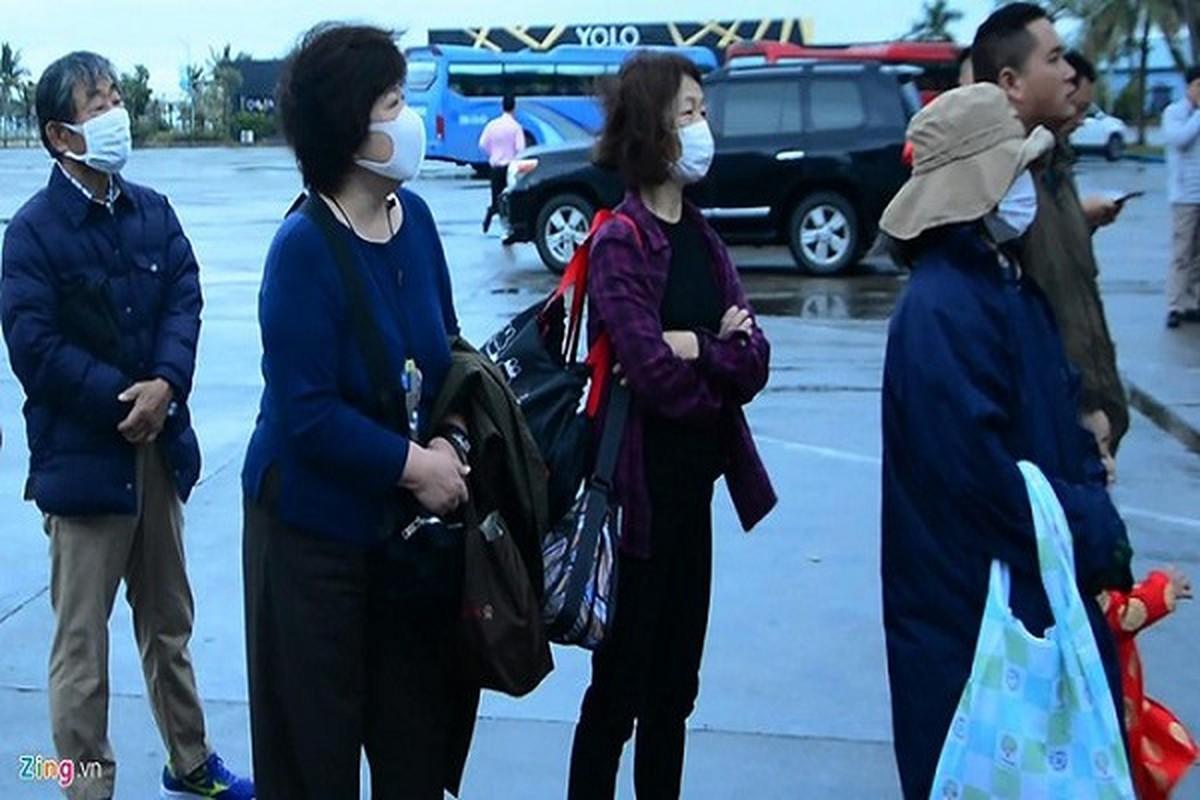 Du khach deo khau trang khi den tham quan vinh Ha Long-Hinh-2