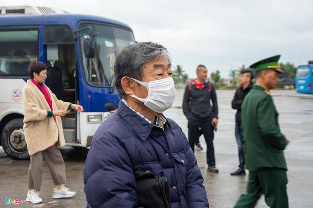 Du khach deo khau trang khi den tham quan vinh Ha Long-Hinh-3