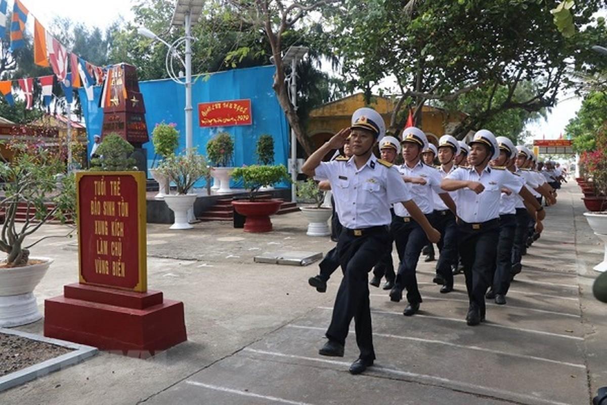 Linh thieng le chao co sang mung 1 Tet tai quan dao Truong Sa-Hinh-2