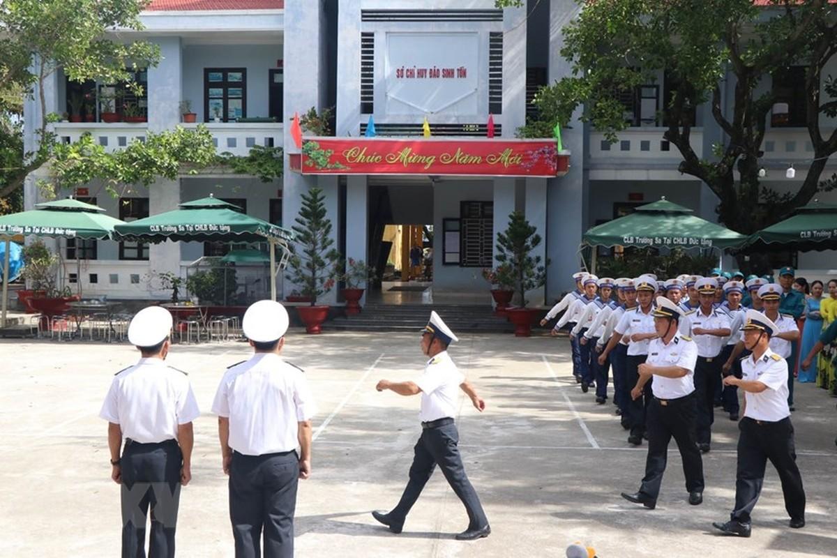 Linh thieng le chao co sang mung 1 Tet tai quan dao Truong Sa-Hinh-4