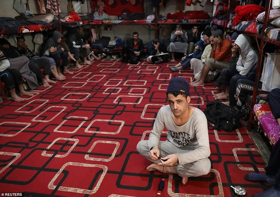 Canh hang nghin tu binh IS nhoi nhet trong nha tu o Syria-Hinh-11