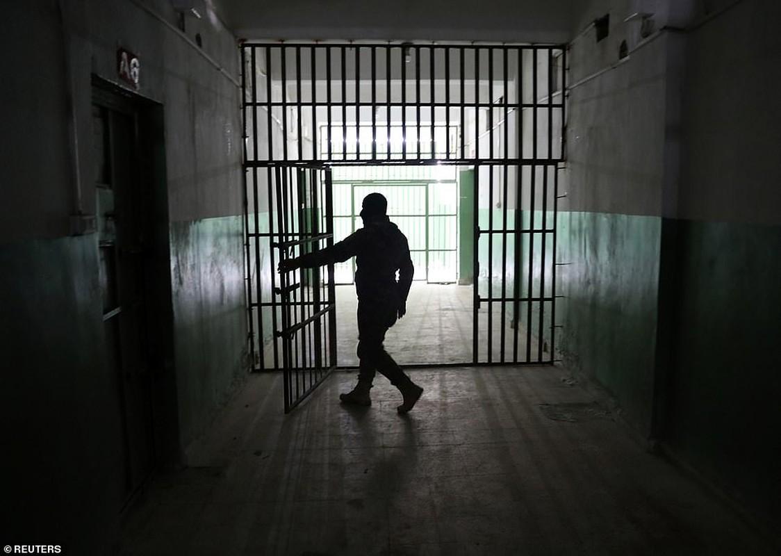 Canh hang nghin tu binh IS nhoi nhet trong nha tu o Syria-Hinh-7