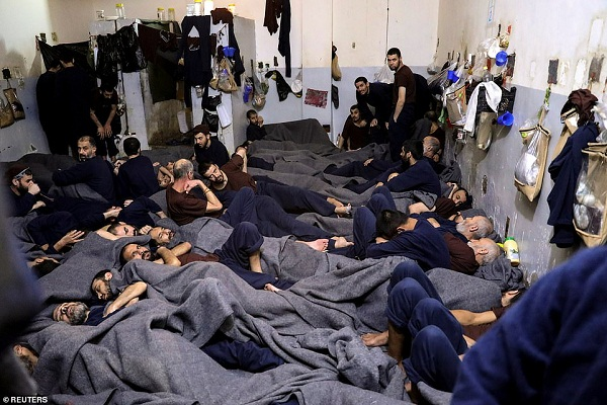 Canh hang nghin tu binh IS nhoi nhet trong nha tu o Syria