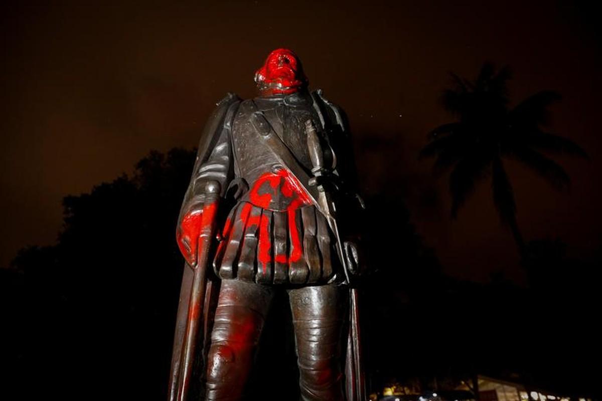Can canh tuong Christopher Columbus bi pha hoai giua bieu tinh o My-Hinh-12